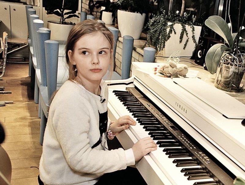 Женя Абдулова выросла копией своего отца, как внешне так и талантом.