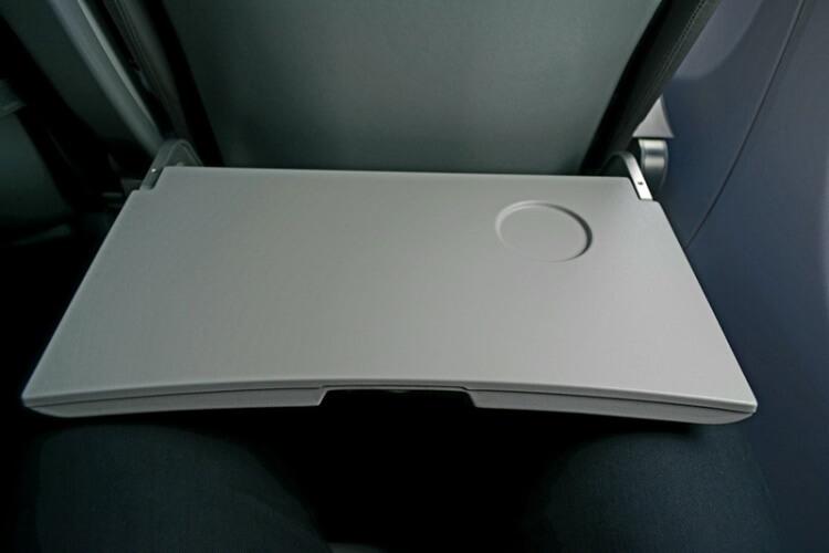 Есть с откидного столика в самолете