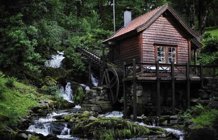 деревянный дом в лесу, мельница
