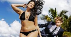 Модель 50-го размера в рекламе бикини