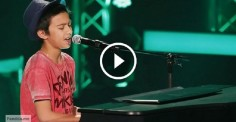 Он скромно вышел на сцену и сел за рояль. Но стоило ему запеть, и зал взорвался овациями!